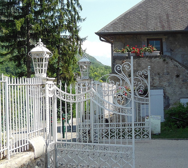 E like ENTRANCE of the castle of the Counties of Challes (Savoie)