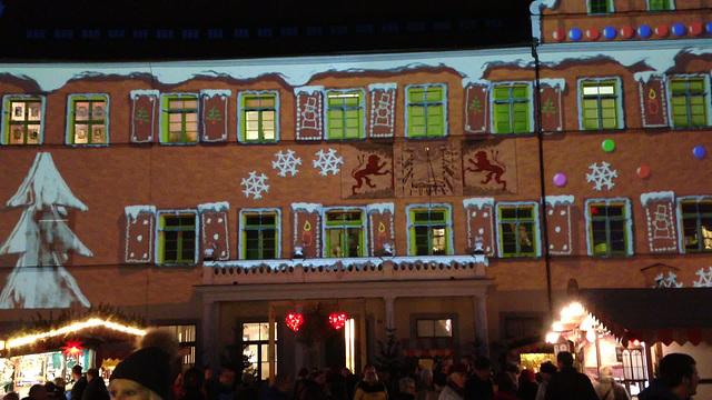 Das Rathaus wird zum Weihnachtsmarkt mit einen Drei Minutigen Film angestrahlt.