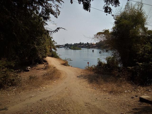 Sentier attirant / Attractive pathway ..... (Laos)