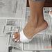 Claz sur journal en talons hauts / Claz En el periódico con tacones