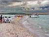 Recife : Itamaracà - Praia da Coroa do Avião - i turisti gustano frutti di mare raccolti qui