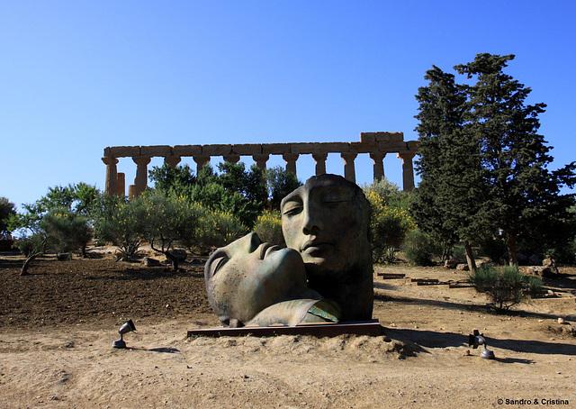 Sicilia - Valle dei templi - Tempio di Hera (Giunone) - Sculture di Igor Mitoraj
