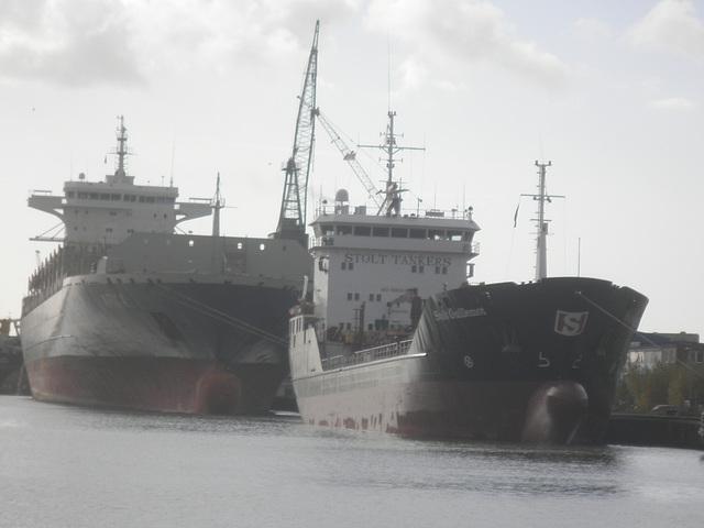 Tankschiff u. Containerfrachter