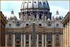 Vaticano : Il frontale della Basilica, le tre cupole e le statue evangeliche