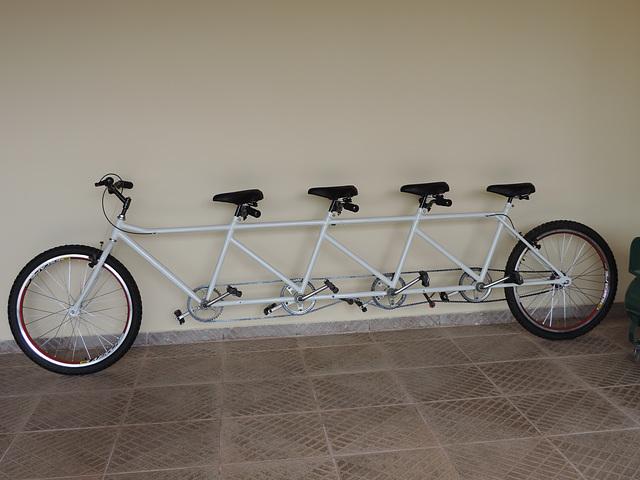 Biciklo kun kvar sidlokojn