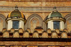 Kuppeln, Zinnen und Ornamente