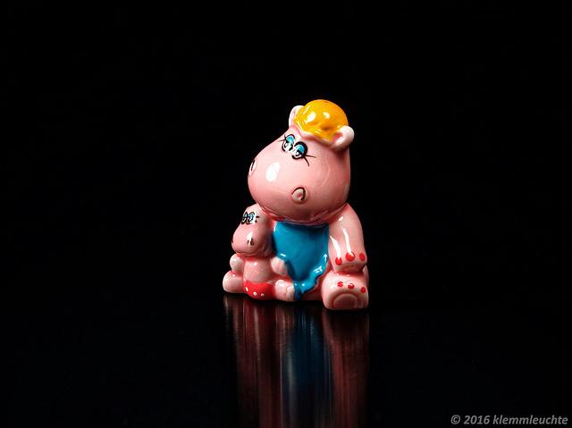 Hippo-Mama mit Baby, Zierrat, Porzellan, glasiert und bemalt, 2016