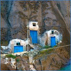 Santorini : I ripostigli dei pescatori ricavati nella roccia lavica ad Ormos di Θήρα