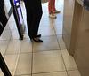 Christiane / En attendant à la caisse......avec smartphone en main !