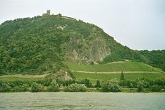 DE - Königswinter - Drachenfels, vom Rhein gesehen