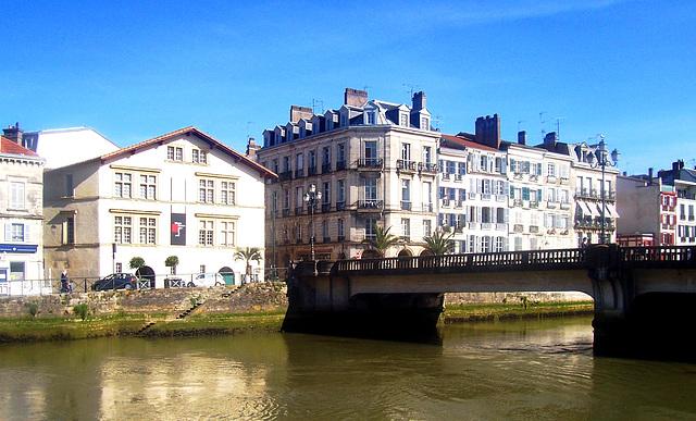 FR - Bayonne - Blick über die Nive zum Musée Basque