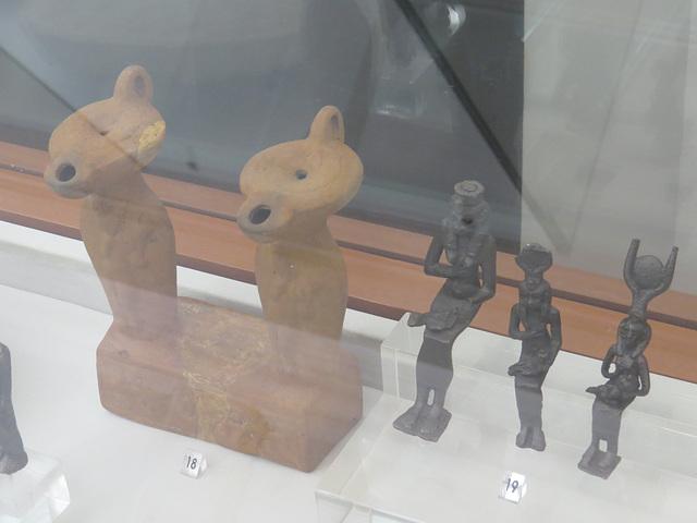 Figurines en forme de lampe à huile ou de divinités égyptiennes.