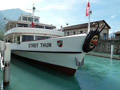 Thunerseeschiff STADT THUN in Interlaken, an der Bugspitze die Maske des *Fulehung* ( siehe Beschreibung )