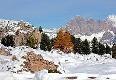 Schnee im Herbst in den Dolomiten
