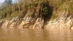 Mekong's rocky shoreline / Rive rocheuse du Mékong