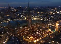 Weihnachtsmarkt vor dem Rathaus/ Hamburg