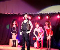 notre  équipe danseuses et danseur sur scène