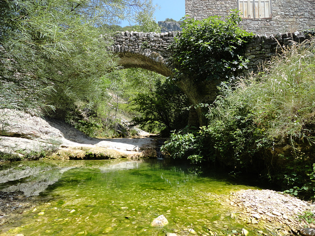 Ancien pont à Rochecolombe