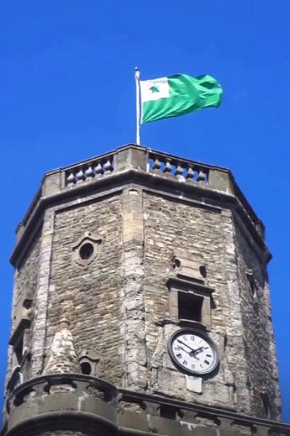 Esperanto-flago sur urbodomo de Bulonjo sur maro