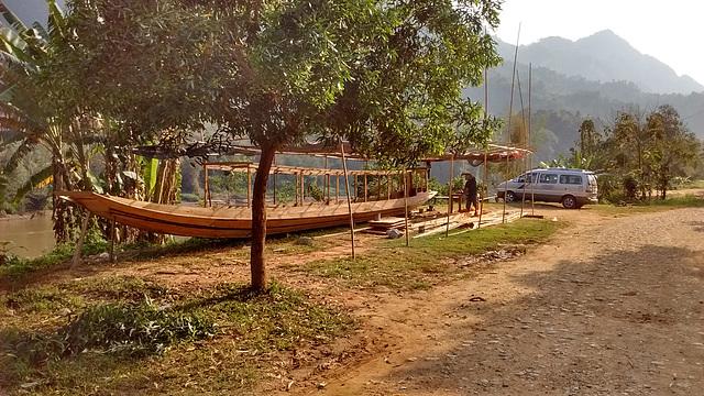 Pirogue en construction / Canoe under construction