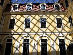 """Schatten des Rauten-Membrandaches auf dem historischen Teil des Hotels """"Westin Bellvue"""" in Dresden"""