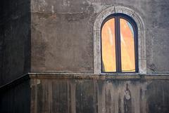Wenn die Hauswand auf der anderen Seite der Strasse im Fenster leuchtet