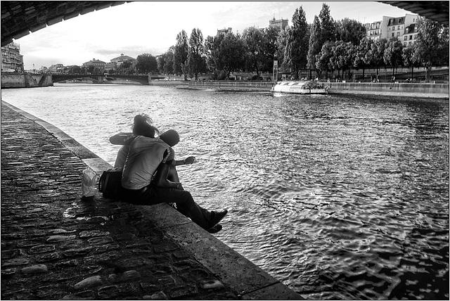 Amoureux sous le pont.