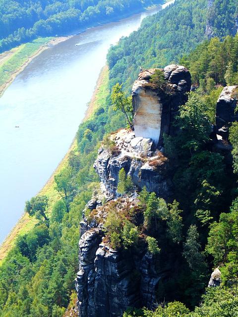 Bastei. Ein Felsen wie ein Wachturm hoch über der Elbe. ©UdoSm