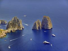 """""""traffico"""" intorno ai faraglioni di Capri"""