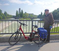 München auf der Isarbrücke - Munkeno sur la Isarponto