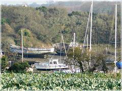 Vue vers le cimetière de bateaux à Quelmer (35)