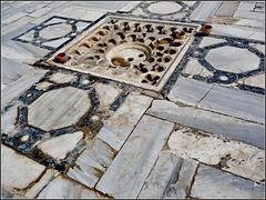 Kairouan : al centro del grande piazzale della moskea Ucba questa griglia per la raccolta dell'acqua piovana  va a riempire le cisterne costruite sotto la piazza