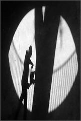 Ombres dans un ovale de lumière