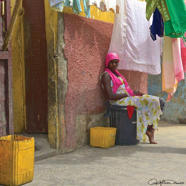 Jeune femme au châle rose