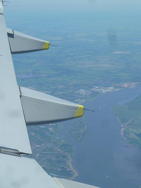 Blick auf die Unterelbe bei der Insel Lühesand nach dem Start in Hamburg-Fulsbüttel