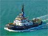 Suez : un rimorchiatore che scorta le navi durante il transito nel canale