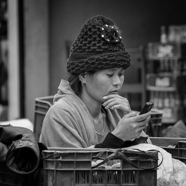 Junge Frau mit Smartphone, Nepal 2014
