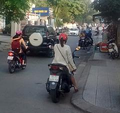 Jolie scooterienne en talons hauts / Sexy scooter girl in high heels.