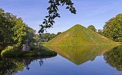 Die Seepyramide im Park von Schloss Branitz mit Gedenkstein (PiP)