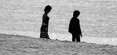 la vie en noir et blanc au bord de l'eau,