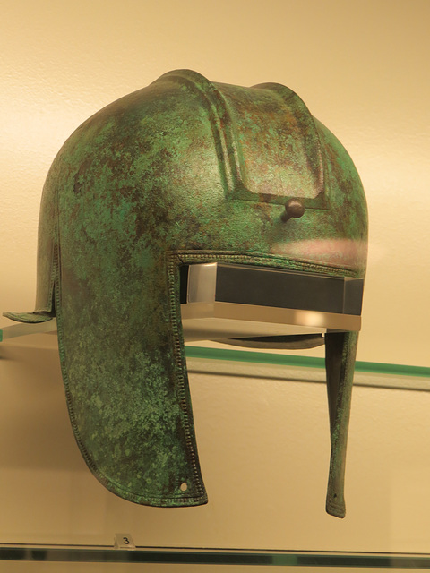 Musée archéologique de Split : casque en bronze.