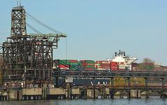 Ölhafen und Containerschiff