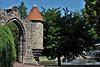 porte et tourelle gothiques ,  ouvrant sur la passerelle , vers le grand jet d'eau