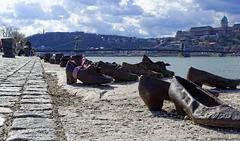 Schuhe am Donauufer - Shoes on the Danube (© Buelipix)