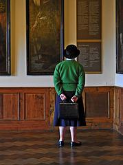 Dame im Museum
