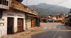 Marchant vers le carrefour le plus animé du village