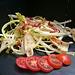 Salade de pissenlit aux lardons et chips de pain