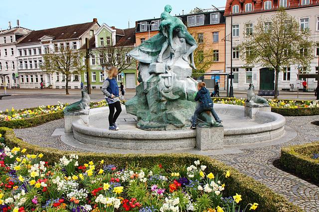 """Schwerin, Brunnen """"Rettung aus Seenot"""" auf dem ..."""