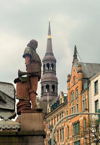 Brückenfigur und Hauptkirche St. Katharinen