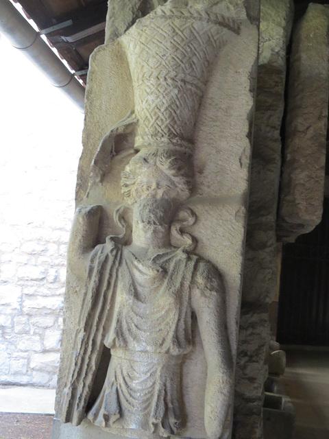 Musée archéologique de Split : femme portant une corbeille.
